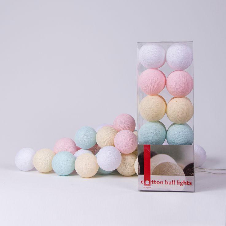 Cotton Ball Lights: White – Light Pink – Shell – Light Aqua  Cotton Ball Lights is een Fairtrade product dat je huis laat stralen, elk seizoen opnieuw! Leuk om deze lichtslingers met katoenen lichtbollen te geven en te krijgen. De lichtslinger bestaat uit20 Cotton Balls en we verzenden dit in een cadeauverpakking aan je toe. Superleuk!