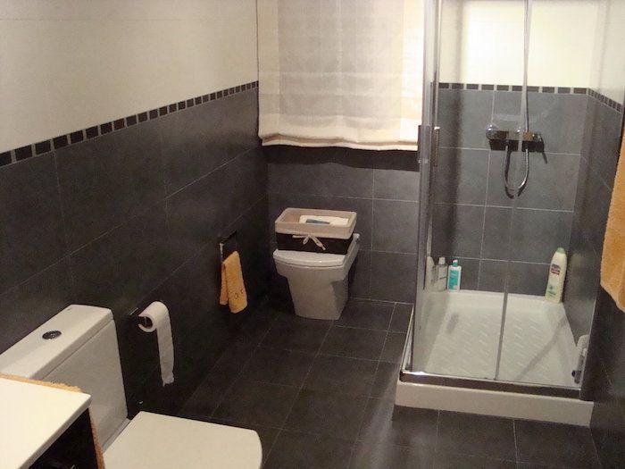 salle de bain beige et gris pierre deviendra sable salle de bain beige sol gris et gris. Black Bedroom Furniture Sets. Home Design Ideas