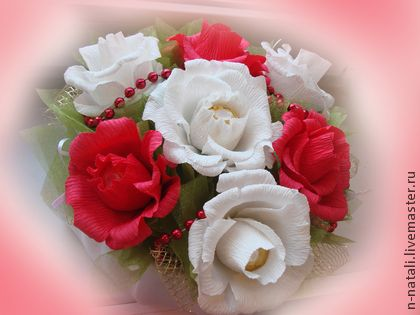Яркость красок. Замечательный подарок любимому человеку. Конфеты Ферреро Роше. Упаковка белый атлас, органза. Конфеты из цветов извлекаются свободно не повреждая композицию.