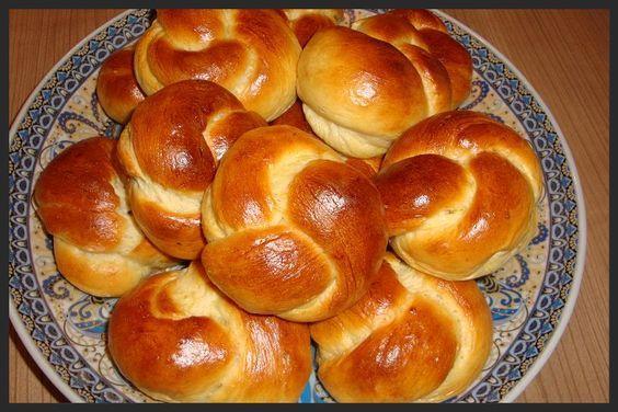 Ken je de zoete melkbroodjes uit de winkel? Deze broodjes smaken net zo (alleen wat minder zurig) en zijn ook net zo zacht, heerlijk gewoon...