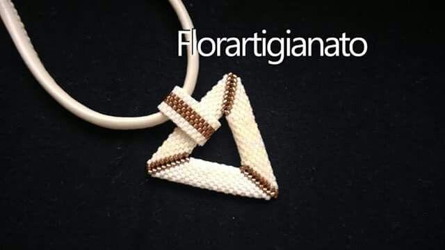 Collana tessuta con delica al peyote triangolo bucato