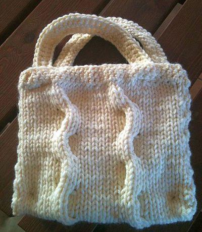 Un modèle de tricot gratuit : le sac à main torsadé en laine  Tricotons-nous un sac à main torsadé avec un motif à deux torsades, une bordure en mailles serrées et de jolies poignées faites au crocheten suivant le patron. Un sac en laine tout doux pour se jouer des saisons ou pour assortir son accessoire à son bonnet et ses gants.