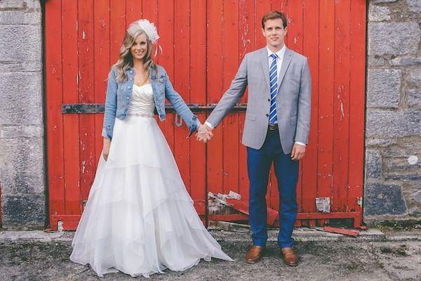 La mariée et son cortège portent une veste en jean