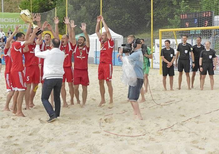 песок, мяч и душ из шампанского Сборная Беларуси по пляжному футболу в третий раз выиграла «Кубок Дружбы», розыгрыш которого завершился накануне в Витебске. В заключительном поединке белорусы переиграли команду Азербайджана со счетом – 4:3 Фото Светланы Васи�