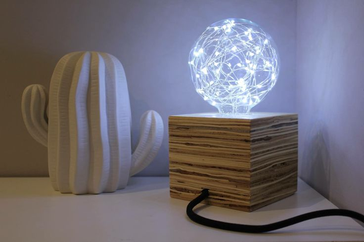 Lampara de mesa realizada a mano en madera contrachapadaBombilla E27 G95 Led BlancoMedidas 10x10 cmCable textil , enchufe e interruptor color negro .