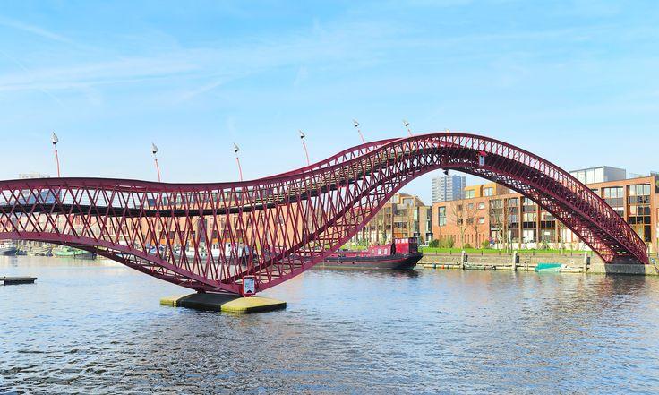 Ce pont rouge à l'#architecture originale situé à #Amsterdam est à voir !  :) ? #Python #Bridge #Original #Netherlands #Red #Snake #travel #funny #travel #insolite #UnusualTrip #TripInsolite #voyage #city