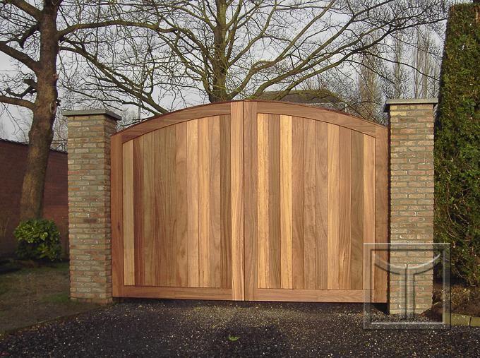 Poort 18.05D   Lenaerts Houten Poorten – houten opritpoorten op maat. Reeds begin van verkleuring na enkele dagen zon.