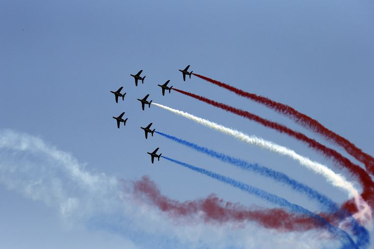 """Avioane din echipa de precizie ale Aviaţiei Franceze """"La Patrouille de France"""" efectuează o demonstraţie aviatică deasupra Porto-Vecchio, pentru a marca startul primei etape a ediţiei cu numarul 100 a Turului Franţei, între Porto-Vecchio şi Bastia, în Franţa, sâmbătă, 29 iunie 2013. (  Joel Saget / AFP  ) - See more at: http://zoom.mediafax.ro/sport/best-of-sports-iunie-iulie-2013-11229606#sthash.5ogjkFfP.dpuf"""