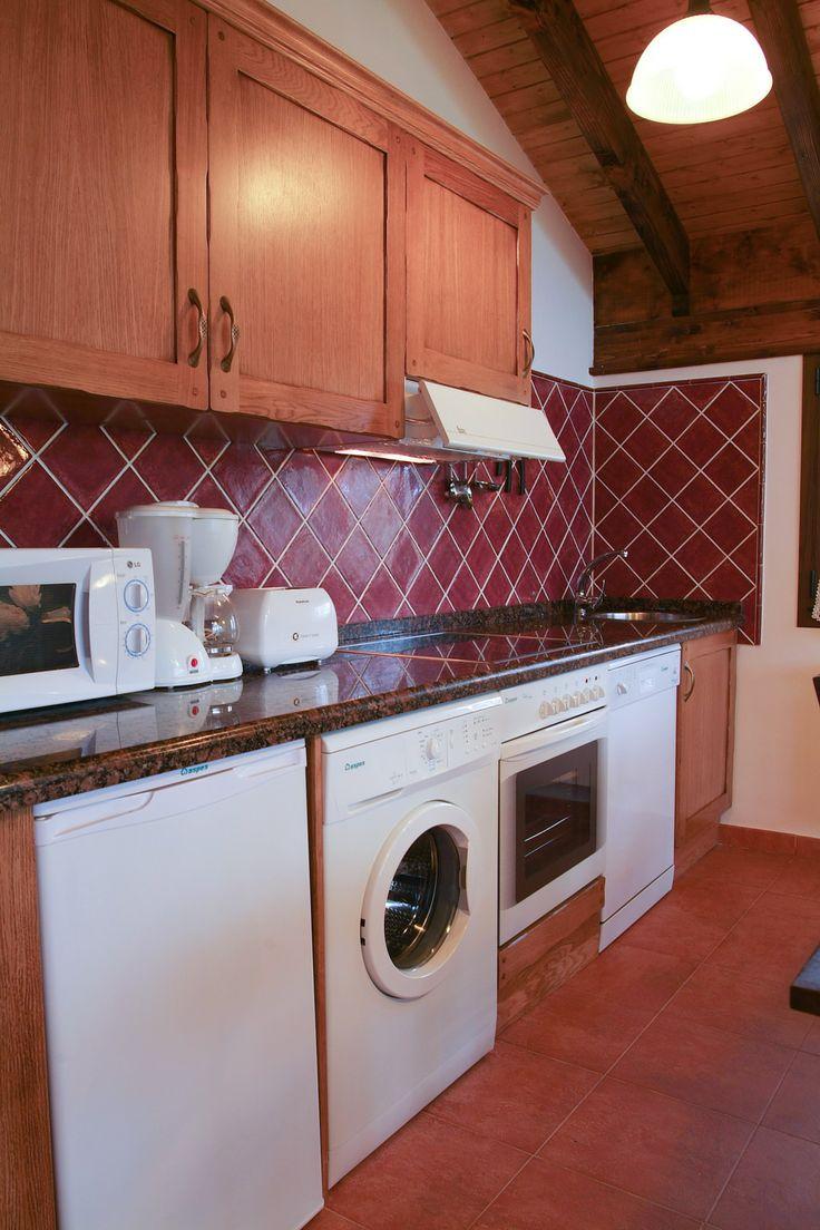 Cocina totalmente equipada con lavaplatos, horno, frigorífico, microondas, vitrocerámica, lavadora, tostadora, cafetera, exprimidor... www.elllugar.com