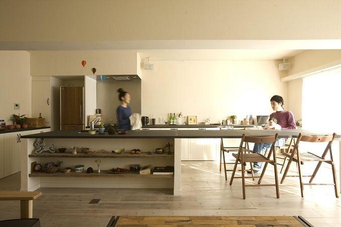シンクとダイニングが一体になった約4Mのテーブルは、作業や食事に十分な広さが使える。 専門家:株式会社リビタが手掛けた、シンクとダイニングが一体になったテーブル(使い込まれた風合いと、使い心地を両立)の詳細ページ。新築戸建、リフォーム、リノベーションの事例多数、SUVACO(スバコ)