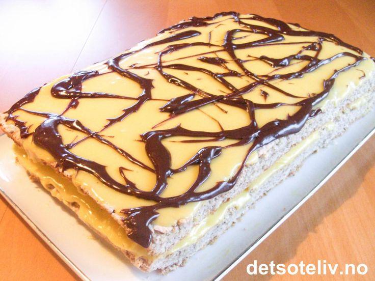 """""""Suksesskake"""" er så god at det som regel er denne kaken som forsvinner først fra kakebordet i selskaper. Skal du ha stort lag, kan det derfor lønne seg å smelle til med en """"Kjempesuksess""""!:-) En garantert SUPERPOPULÆR festkake!!!"""
