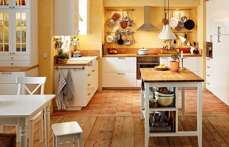 Ansicht der ganzen Küche mit Esstisch, IKEA Kücheninsel, METOD Unterschränken mit 2 KROKTORP Fronten in Elfenbeinweiss und 2 halbhohen Schubladen in Weiss, Spüle und Elektrogeräten