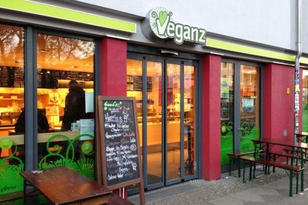 Arriva anche a Milano Veganz, il primo supermercato vegano in Italia. Solo prodotti senza traccia di origine animale. Sarà un successo?