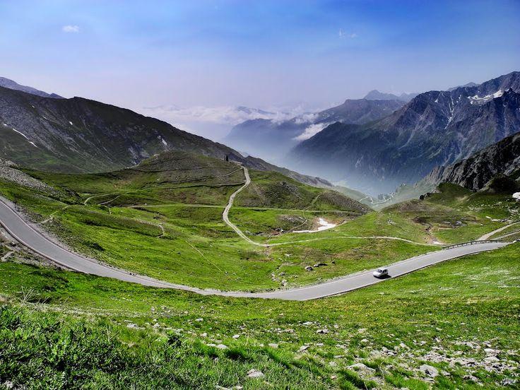 1- Col du Glandon Le col du Glandon se situe à 1924m d'altitude entre le massif de Belledonne et le massif des Arves. C'est un col extrêmement difficile et réputé lors du Tour de France. Vous devrez partir de Saint-Etienne-de-Cuines et gravir 22 km environ. Il faut fournir de gros efforts pour gravir le sommet …