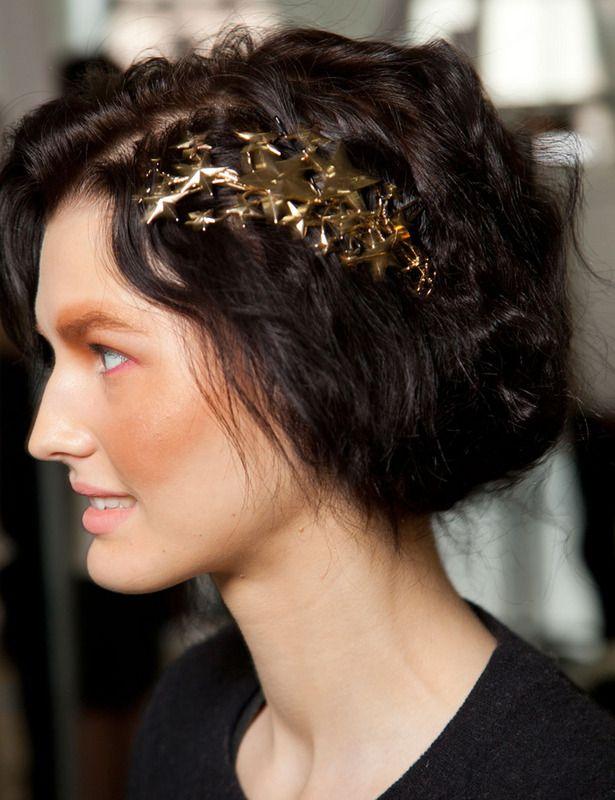 Este mini tocado de material rígido, se adapta perfectamente a la forma de tu cabeza integrándose 100% con tu pelo. Y éste en tono oro queda fenomenal para las citas de verano.
