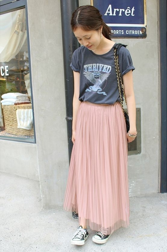 マキシチュールプリーツリバーシブルスカート  フェミニンなピンクのチュールスカートにはロックTを合わせてカジュアルダウン。