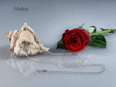 """LOVE – łańcuszek srebrny. Nie bez przyczyny  nazwany """"love"""". Ogniwa łańcuszka przypominają serca tworzące urokliwy wzór. Idealny na prezent dla ukochanej osoby. Nasza biżuteria jest sprowadzana bezpośrednio z Włoch, zapewniając mistrzowską jakość wykonania, oraz  piękne i stylowe wzornictwo. #biżuteria #srebro #łańcuszek #serca #prezent #naszyjnik #modny #trwały"""