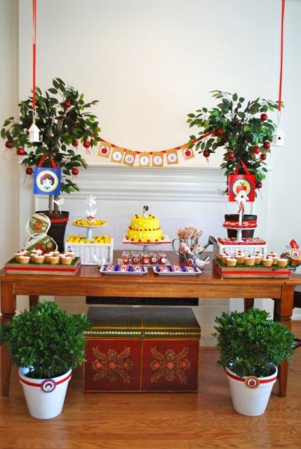 Uma linda festa da Branca de Neve para você se inspirar! Ideias para fazer uma decoração bonita e sem grandes gastos!