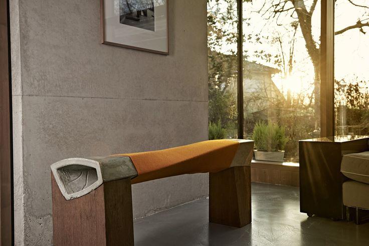 Ummantelt von weichem Filz ist die Sitzbank mit ihrem in sich gewundenen Hohlkasten das Möbel, auf dem Ihnen der Gesprächsstoff niemals ausgeht. Die geschwungene, in sich gedrehte Form, bietet Plat…