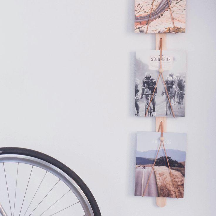 Dekorativ og elegant magasinholder fra Applicata, designet av Kajsa Wilner. Magasinholderen Baam har en lett struktur i tre og har skinnsnorer som holder bladene på plass. På den måten blir forsidene en del av innredningen i hjemmet ditt.