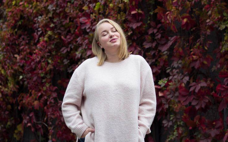 Light pink knit with blonde long bob   Outfit   Pitsiniekka