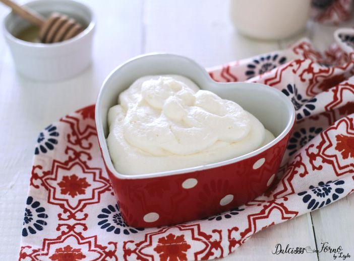 La ricetta Crema al latte condensato veloce ! Comoda e facile, pronta in 5 minuti ! Perfetta per farcire mignon, cannoli, bignè, ma soprattutto torte.