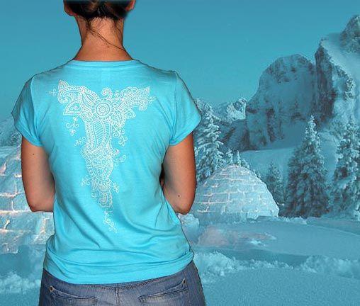 ledové ornamenty na modré (tyrkys) Jemně perleťové ornamenty inspirované tetováním henou na Vaše záda :) Krásně vynikne ladná křivka Vašich zad a jemně tak podtrhnete svoji ženskost. Jiné ornamenty na černém a červeném tričku si můžete prohlédnout zde. Nebo Vám můžu namalovat podobné (nikdy nemaluji úplně stejné) na jinak barevném tričku dle Vašeho přání. ...