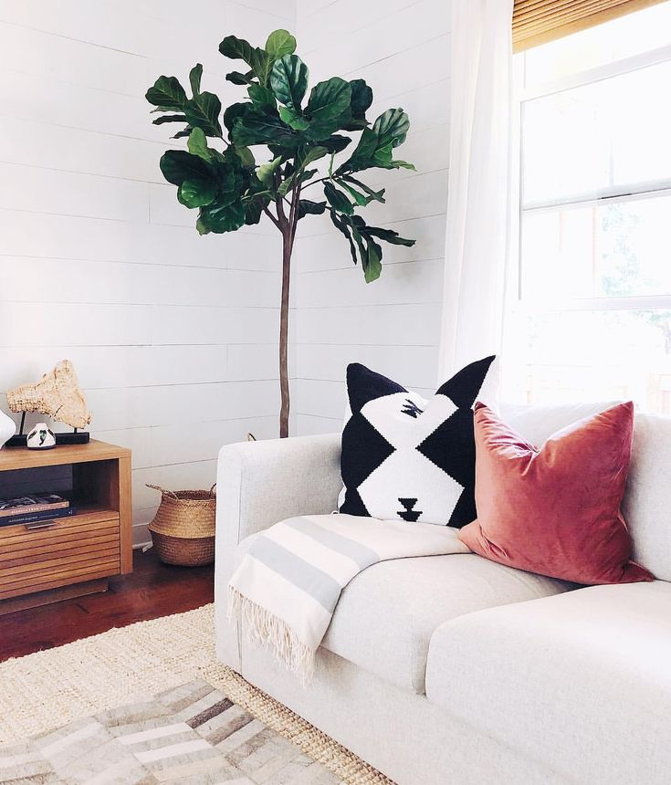 Have y'all taken advantage of the @worldmarket friends & family sale? If not, you better hurry! You can snap this AH-mazing faux fiddle leaf tree up for a steal! 🍃Happy Sunday evening!