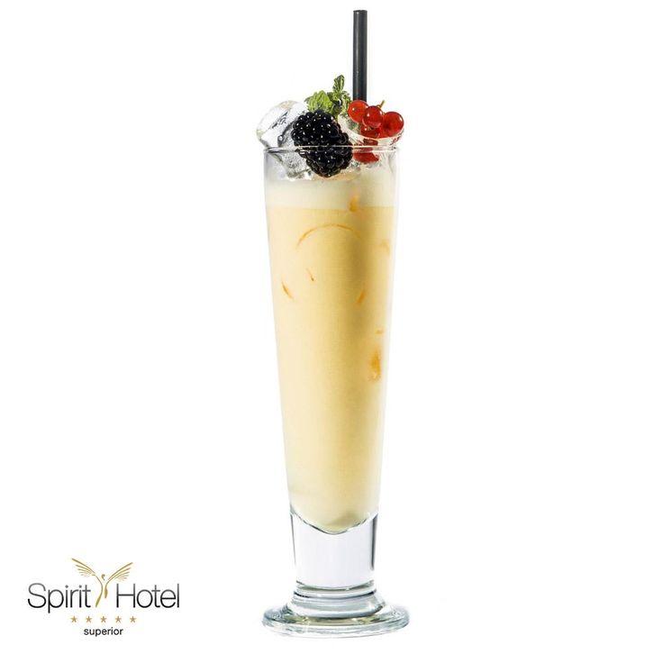 Ha unod a Pina Colada-t, de egy finom tejszínes hosszú italra vágysz, a Flying Kangaroo egy tökéletes választás. A vodka, a rum és a vaníliás ánizslikőr egyenlő arányban kerülnek a blenderbe, trópusi hangulatát a kókusztej, pár szelet ananász és a narancslé ízvilága adja. Egy kellemes vacsora lezárásához kiváló választás!