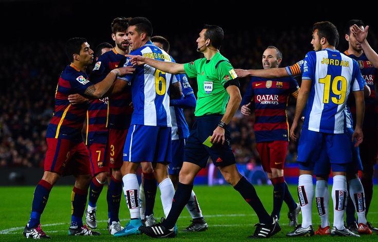 Altercation lors du Derby entre le RDC et le FCB, les esprits ce sont échauffés avec Suarez #Derby #Spain #RCD #FCB #FanEngagment #9ine @Espanyol