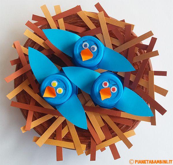 Nido con uccelli in plastica e cartoncino creato come lavoretto di primavera