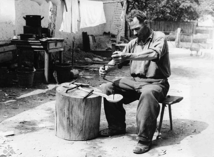 Vŕtanie dier do varechy, nazývanej smetanica. Selec (okr. Trenčín), 1954. Trenčianske múzeum v Trenčíne. Foto J. Hanušin