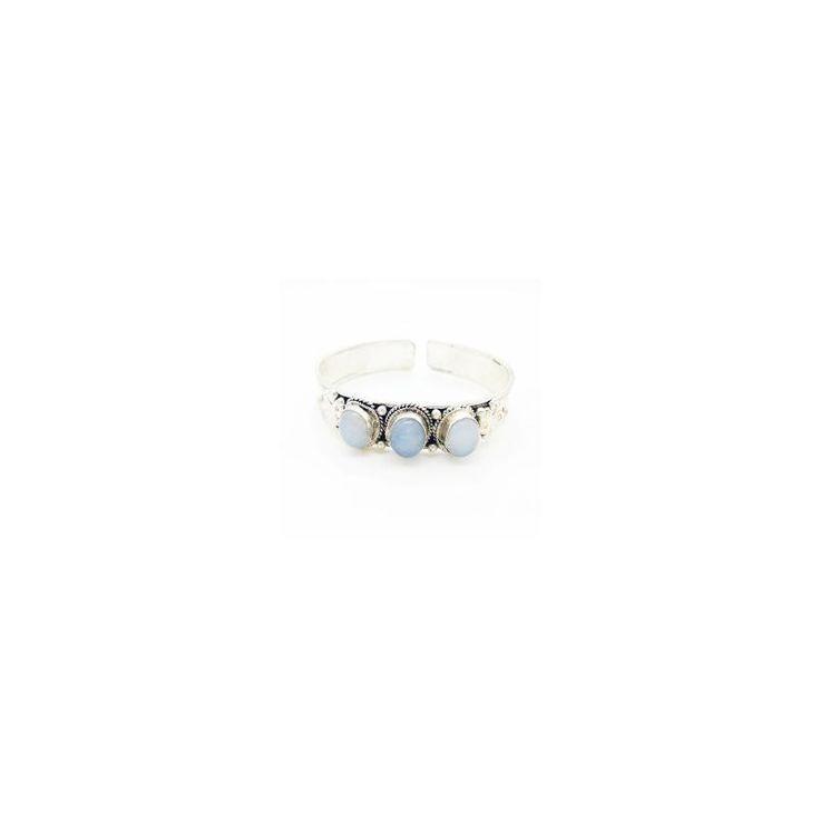 """Armband Regenboog Maansteen """"INTUÏTIE"""" Verzilverde armband uit Nepal met drie regenboog maansteen edelstenen. Maansteen is de edelsteen van vrouwelijkheid, intuïtie, visioenen, paranormale vermogens, creatieve energie en godinnekracht. De steen staat voor warmte, moederschap en de geboorte van iets nieuws. De armband is buigzaam, dus past altijd. Gemaakt van Tibetaans zilver."""