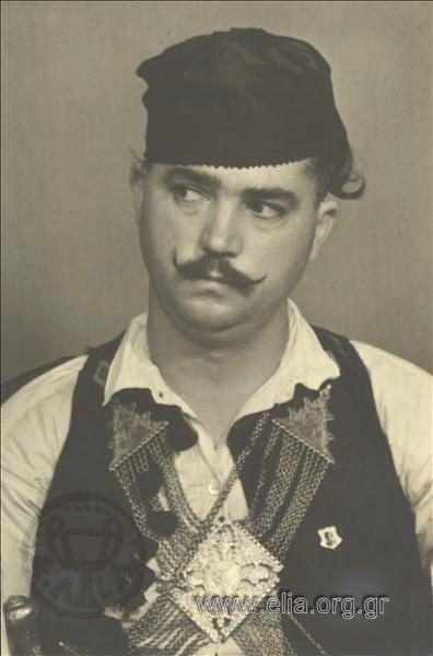 Εορτασμοί της 4ης Αυγούστουι άνδρας με παραδοσιακή ενδυμασία από την Στερεά Ελλάδα 1937. Nelly's (Σεραϊδάρη Έλλη)