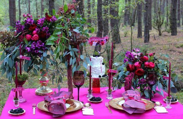dekoracje weselne - bukiety kwiatów, świece, serwetki i dodatki