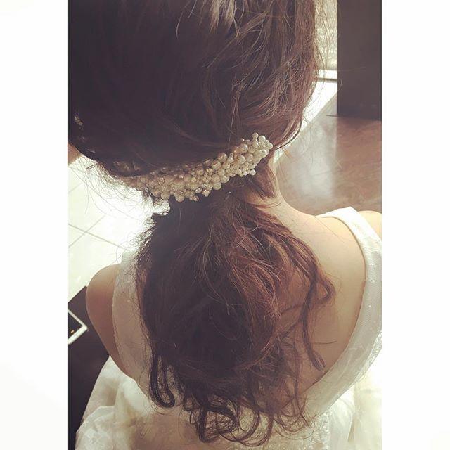 大きく背中のあいた ドレスのデザインに、 ローポニー ネックレスなし  パールのヘッドドレスを真ん中に。  バランスって大事♡  #ヘアメイク#ヘアアレンジ#ウェディング#ウェディングヘア#ブライダル#花嫁#花嫁ヘア#花嫁髪型#結婚式#波ウェーブ#あみこみ#生花#プレ花嫁#結婚式準備#ヘッドドレス#キラキラ#シニヨン#アップスタイル#ベール#パール#ブライダルヘア#前撮り#ローポニー #upstyle#hairmake#wedding#hair#kobe#bridal#hairarrenge