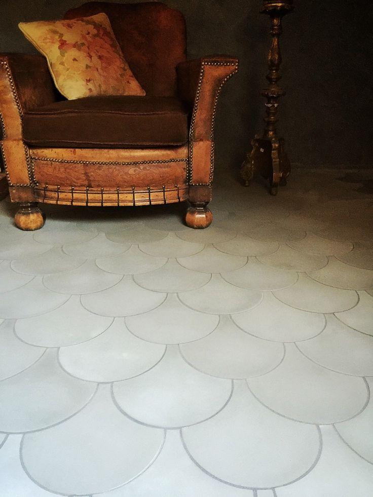 Fish Dark Grey. Våra cementgolv är inte målade. Det är ett ca 5mm infärgat marmorkrosslager som genom ett enormt hantverk sätts i dessa fantastiska mönster. Plattorna är handgjorda och variation i färg är normalt. Våra golv är mycket finkorniga (vilket ger skarpa konturer mellan färgerna) och hårda. Cementgolv är lättskötta och tåliga, de åldras vackert och passar bra med golvvärme. Organic är 17 mm i tjocklek passar bra både på golv och vägg med sina milda vackra färger. Våra cementgolv är…