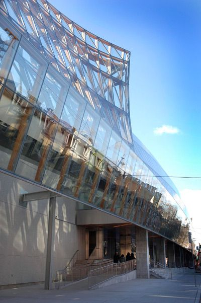 main entrance, exterior of upstairs galleria italia at the art gallery of ontario, toronto, canada > by frank gehry