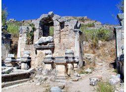 Fethiye'ye 40 km. uzaklıkta Antik Xanthos Çayının çıktığı yerde kurulmuştur. Bu olağan üstü su kaynağı mitolojik öykülere konu olmuştur. Bugün Ören köyü sınırları içinde kalan kentten günümüze sur kalıntıları, hamam ve Bizans dönemine ait suyolu kalmıştır.