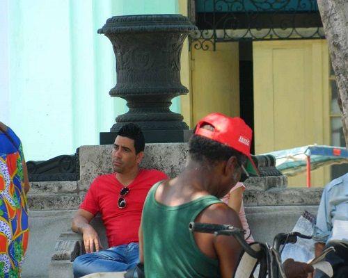 Historias contadas por quienes sufren la falta de oportunidades en la Cuba actual Ernesto Pérez Chang Sentados perdiendo el tiempo (foto del autor) LA HABANA, Cuba. -¿Cuántos cubanos en edad labo...