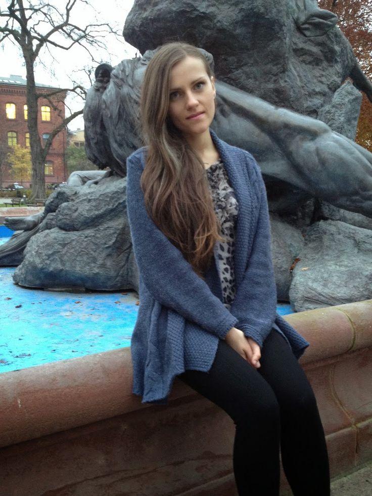 Luźny niebieski sweter z warkoczami