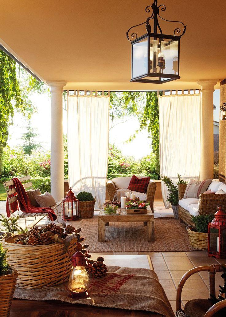 En el Porche  Sofá y butaca modelo Marbella, en Oficios de Ayer. Banco y faroles de Becara y plantas de Fronda.
