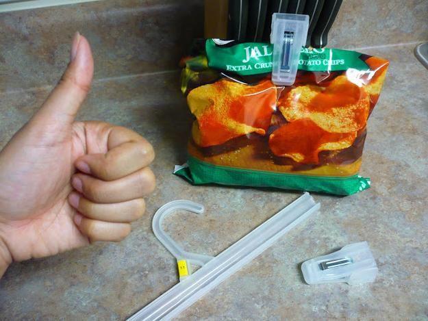 Cut off the ends of plastic hangers to DIY chip clips. Con le pinze degli ometti, possiam chiudere i sacchetti!