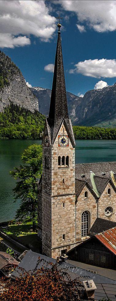 hier zie je een hele mooie kerk in het centrum van mooi, typisch Oostenrijks plaatsje