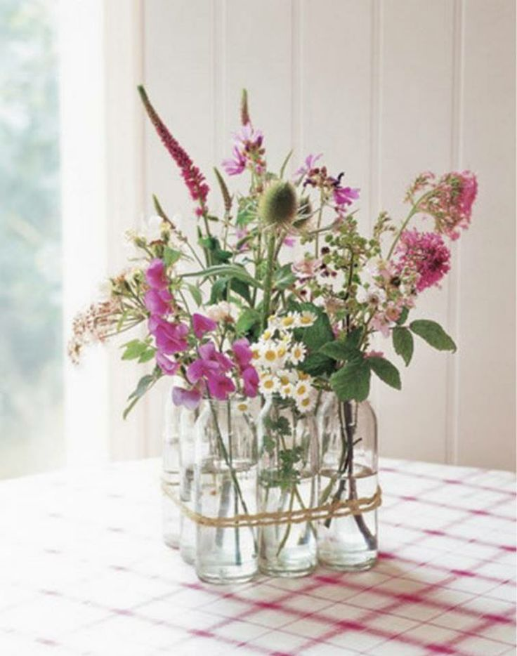 Met een eenvoudige arrangementen van bloemen en takken uit je tuin breng je makkelijk en goedkoop kleuren, vormen, texturen en vooral ook de heerlijkste geuren naar binnen.