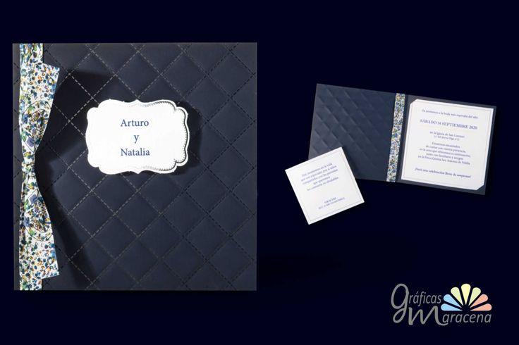 Invitación de boda tonos azul, con lazo estampado con flores y complemento a juego.