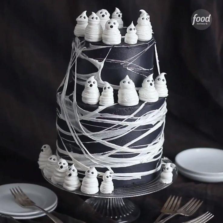 Gâteau noir halloween avec petit fantome meringue