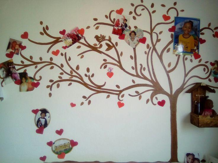 Fiz esta árvore no quarto da minha  pequena para decorar a parede e adicionar as fotos dela com a familia e seus momentos! Usei tinta óleo e e.v.a para os corações!