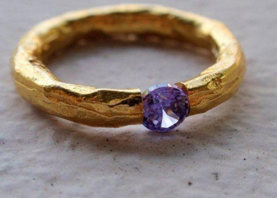 Este es un muy linda mano martillado anillo de la venda en vermeil oro (18K sobre plata esterlina.925). La piedra es una hermosa Amatista Facetado redondo impecable. El ancho de la banda es de 3 mm. La piedra es de 4mm y se mantiene unida por la presión. Este anillo está disponible en la nos tamaños 5, 5.5, 53\/4. Por favor especifique el tamaño en Aviso al vendedor al finalizar la compra. También tenga en cuenta que puede fácilmente ir 1\/4 tamaño abajo o arriba en estos anillos si quieres…