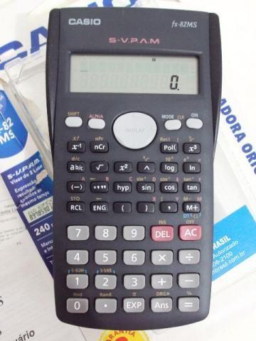 Calculadora científica Caso modelo fx-82MS. Foi retirada da caixa, mas nunca usada. Ainda está na garantia. Acompanha manual do usuário, garantia, nota fiscal e capa plástica protetora.